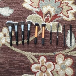 The bundle contains 10 brushes